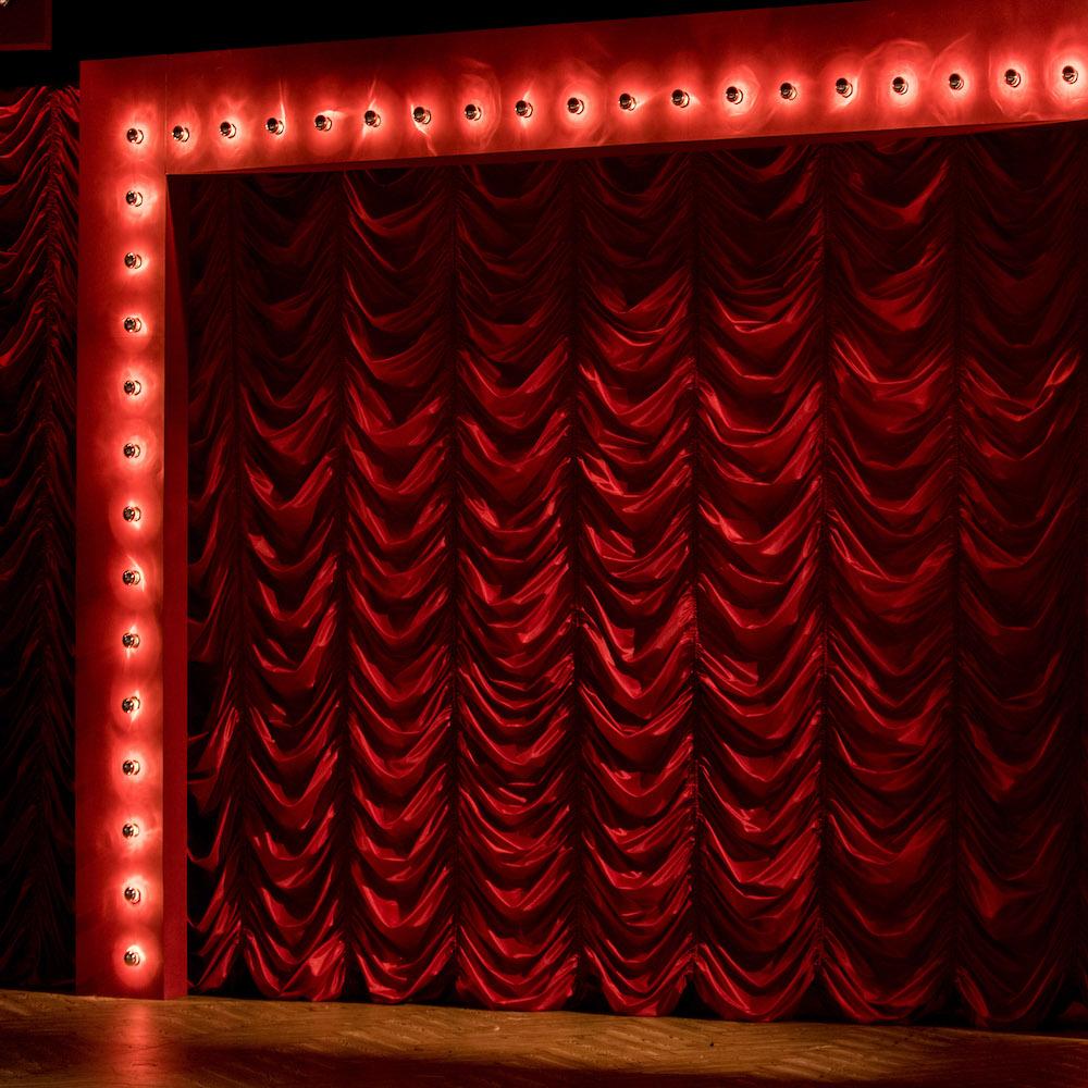 Hauptvorhang im Cabaret